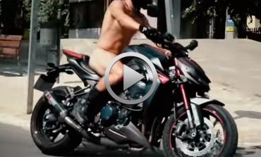 Campaña Kawasaki del motorista desnudo