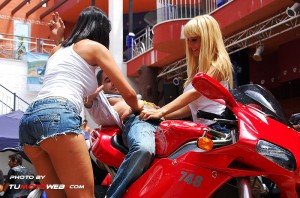 show-chicas-lavamotos-ducati-748-05