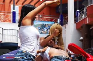 show-chicas-lavamotos-ducati-748-07