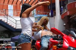 show-chicas-lavamotos-ducati-748-08