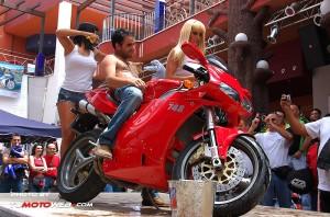 show-chicas-lavamotos-ducati-748-09