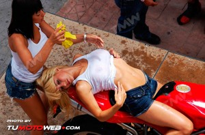 show-chicas-lavamotos-ducati-748-12