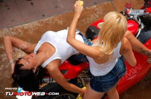 show-chicas-lavamotos-ducati-748-13
