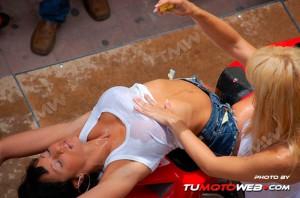show-chicas-lavamotos-ducati-748-15