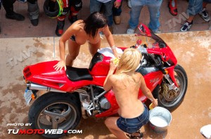 show-chicas-lavamotos-ducati-748-24