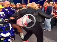 Valentino Rossi propina una patada a una señora en el paddock de Cheste
