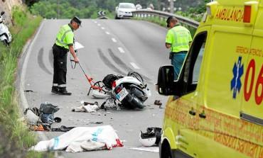 Mueren dos motoristas al chocar contra un camión en Sant Josep