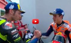 MotoGP 2019 | GP de Argentina | Valentino Rossi acepta la mano de Marc Márquez